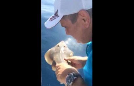 שמוליק דייג ספורטיבי משחרר גיטרן דג בסכנת הכחדה