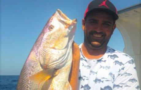 """""""קפטן החג"""" – מיקי בוזגלו עם דג מוסר במשקל 15 ק""""ג ועוד כמה הפתעות בסירה"""