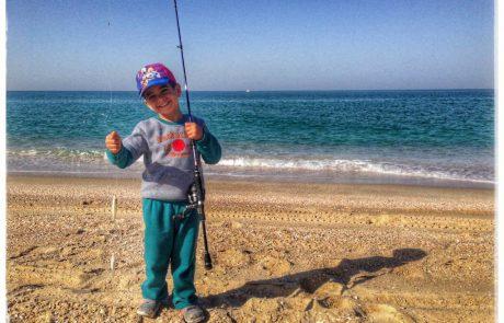 התמונות הכי יפות שיש: יוני והבן אייל יוצאים לדוג יחד בחוף