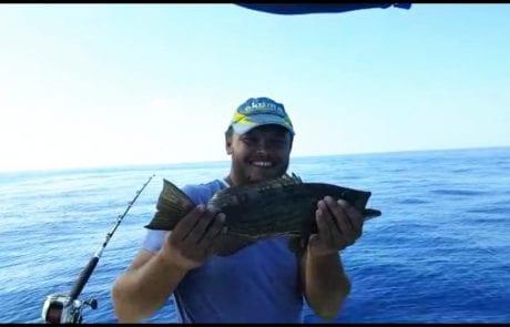 אלכסיי דייג ספורטיבי אמיתי עושה זאת שוב ומשחרר מהסירה דג לוקוס מתחת לגיל רבייה