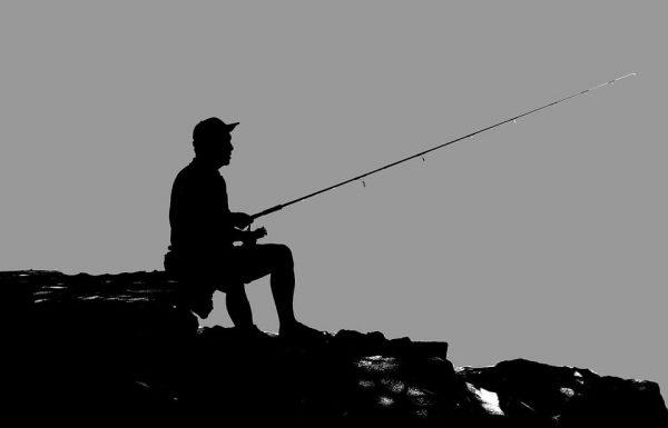 """אוליבייה סמדגה: """"שאלה – אני הולך לדוג מהחוף באשדוד בזמן האחרון זה קורה לי הרבה משהו חותך לי את החוט למישהו יש תשובה?"""""""